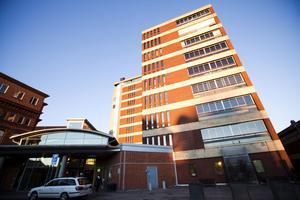 Hjärt- akut- och strokeavdelningarna på Gävle sjukhus fick stänga platser på grund av vinterkräksjukan. Patienterna fick flytta till andra avdelningar vilket ledde till överbeläggnigar och att patienter får ligga i korridorerna.