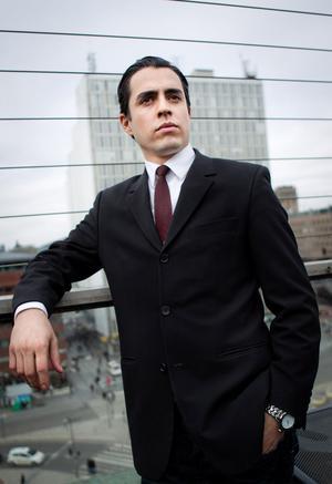 Ny Othello. Francisco Sobrado spelar titelrollen i Riksteaterns version.
