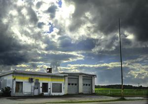 En nedlagd bensinstation utanför Sala. Bensimackar är grundläggande samhällsfunktioner som nu försvinner från landsbygden.