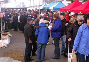 Tusentals personer besökte påskmarknaden i Lofsdalen där köpviljan var mycket stor.