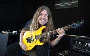 En världsartist i lilla Vansbro, Mattias Eklundh, flink gitarrspelare med lika flink tunga. Foto: Berit Djuse/DT