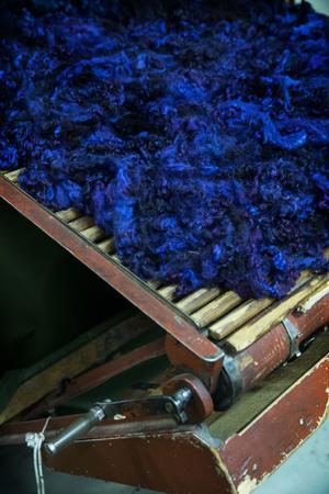 Ullen kommer från rya-, finull och Gotlandsfår. Den färgas i hundratals nyanser.