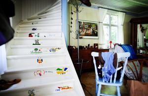 Den vita trappen som leder upp till det stora sovrummet är vackert dekorerad. Varje år har barnen fått skapa fritt.