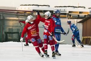 Stefan Nordén och Erik Risby gläds åt Haiks 3-1-mål.