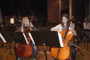 Siri Björkman och Klara Vestin spelade Berceuse på cello.
