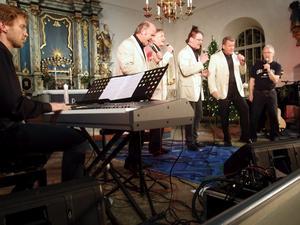 One Way Brothers och Hans-Eric Hägg sjöng på fredagskvällen inför en fullsatt kyrka i Snavlunda.