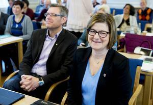 Landstingsstyrelsens nya ordförande och den förra. Erik Lövgren (S) satt sida vid sida med Elisabet Strömqvist (S) i fullmäktigesalen.