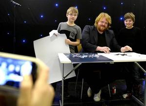 Bröderna Elton och Charles Jansson från Timrå blev förevigad tillsammans med idolvinnaren Martin Almgren av mamma Veronica.