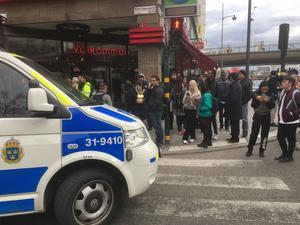 Polisbil som spärrar av en gata i Stockholm i samband med dådet i Stockholm på fredagen.