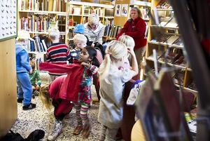 Förskolebarn från Propellern, Solstrålen och Grottan såg föreställningen på biblioteket i Färila.