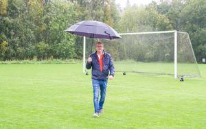 Gustav Åström, ungdomsledare inom Strands IF på Överås fotbollsplan, snart också med en konstgräsplan.