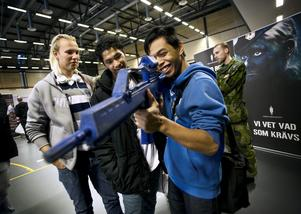 En blivande soldat. Teo Larsson erkänner att han gärna blir soldat. Drömmen är att bli fallskärmshoppare. Kompisarna Andreas Lundgren och Yim Ståhl har andra planer.