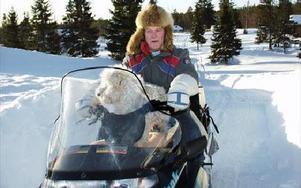 Med skotern har han utan ersättning och helt ideellt kört ved under många år till Morvallen.