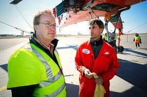 Stefan Larsson från Osterman helikopter tog emot besättningen som hade flugit i två timmar innan de varit tvungna att tanka igen. Till höger mekanikern Brian Moritc som följer med på flygningarna.Den kallar air crane, luftkran, och kan lyfta 10 ton. 35 av de 100 som ursprungligen byggdes finns kvar. Bolaget som har hyrts in för att bygga kraftledning äger 17 exemplar av världens näst största helikopter. Den största är rysk.