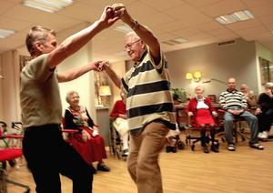 Mer glädje. Pengar anslås för fler sociala aktiviteter på bland annat äldreboenden i Örebro, skriver företrädare för Centerpartiet, Socialdemokraterna och Kristdemokraterna.