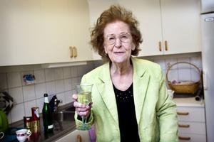 – Jag vill tacka alla för en trevlig musikresa genom livet, säger Wally Mattsson och skålar i alkoholfri cider. Hon har alltid varit nykter och har ätit vegetarisk mat sedan hon var 17 år.