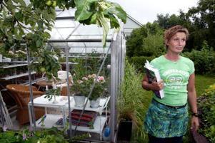 Maritha Thorén Svensson tycker att det känns sorgligt när alla hennes växter snart ska vissna. Men även vissnade växter är fina, om de behåller formen, säger hon.