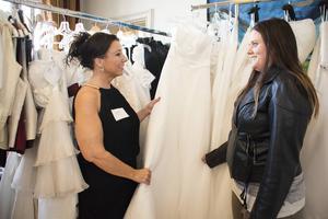 Camilla Lööf från Beauty visade bröllopsklänning för Caroline Nordenström, som ska gifta sig i juli.