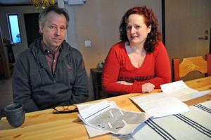 Roy Almquist och Paula Bodin bor intill fotbollsplanen i Siggebo och har, tillsammans med fem andra grannar, skrivit ett yttrande om kommunernas planer på att placera förskolemoduler på fotbollsplanen i Siggebo.