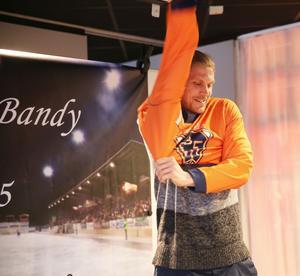 Patrik Nilsson krånglar för första gången på sig tröja nummer 19 i blåorange färger.