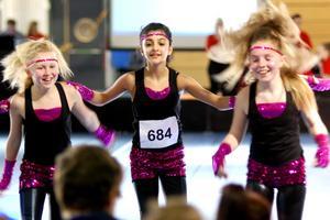 Glada dansöser. Truppen Hurricane, där tjejerna kommer från Nora och Örebro, tävlade i Dance challenge i Lindesberg arena igår. De kom femma av sex grupper i sin klass, och var nöjda med det eftersom detta var deras första tävling.