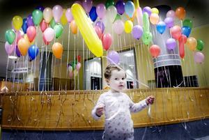 Nu får alla leka. I Gävle sjukhus entré finns nu en lekhörna för alla barn som besöker sjukhuset. Simone Röjerås, 3 år, var en av de första att prova leksakerna.