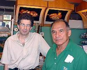 Foto: ULF GRANSTRÖM Butik och kafé ska ge samvaro. Elie Berrebi och Pedro Ramirez har precis öppnat Rondellen Extra som ska ge hoforsborna ett komplement till de övriga butikerna.