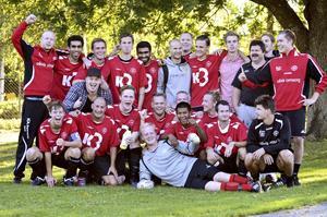 Vinnare. Nu är A-laget i Nora Pershyttan BK klara seriesegrare och flyttar upp till division 5. Det avgjordes i helgens hemmamatch mot seriefyran FK Örebro där Nora vann med 15-0. Här hela truppen.