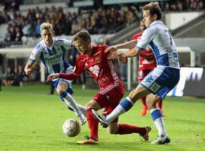 Dennis Widgren tampas med IFK:s Mads Albæk.