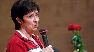 Röda rosor mötte Mona Sahlin när hon i dag valdes till socialdemokraternas nya partiordförande. Hon blir den första kvinnan på posten i partiets 118-åriga historia. Foto: Janne Eriksson
