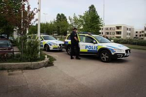 Polisen på Tjärna ängar i samband med stenkastningen den 21 maj 2016.