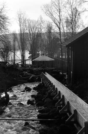Här byggs en kopia upp i Österström. Året är 1987-88 och den unika snurrande paviljongen lockar turister till Holm. Ägaren SCA har med hjälp av Holms hembygdsförening och byggnadsvårdaren Patrik Nyberg restaurerat driften av den. Nu i höst är den åter i bruk.