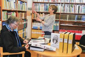 Zenita Ritzén tittar gärna på historiematerialet om trakten när hon är på biblioteket. Eli Hynne visar.