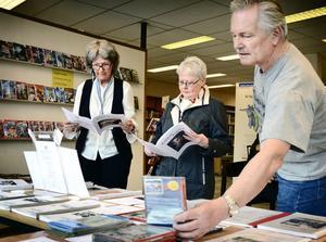 Hembygdsföreningens Hans Harnisch fanns på plats för att guida besökarna i Ljusnarsbergs historia. Gun Johansson från Patientnämnden och Karin Karlsson tog nyfiket del av deras material.