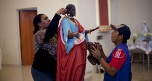Statyn föreställande Santa Efigenia förbereds.