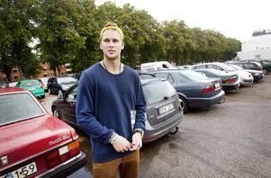 Albin Ingelsson tycker att det är bra med en gratisparkering nära centrum. Han gillar inte kommunens planer på att göra iordning ytan mellan Baltichuset och Gevalia och ta betalt för att parkera där.