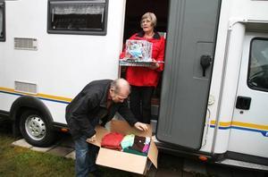 fullastad. Nu är Hans-Åke och Ingrid Söderberg från Valbo på väg till det lettiska barnsjukhuset i Jelgava, sju mil söder om Riga. Husbilen Frida, som rymmer sex personer, är fullastad med mat, julklappar och kalendrar till sjuka barn och behövande familjer i Lettland.