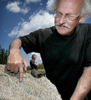 Titta där. Granaterna syns i fem millimeter små runda bruna kulor som berget är proppat med.