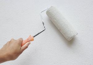 Vissa väggfärger släpper mycket kemikalier till inomhusluften, visar Testfaktas test.
