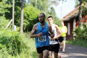 Claes Theander tog tidigt kommandot i loppet och släppte aldrig taget om förstaplatsen i 10-kilometersloppet.