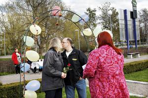 Kristina Lif och Jonny Hansson ville inte ha något stort bröllop. När de fick höra talas om drive in-vigslarna vid Gävle konserthus tog de chansen. Monica Andersson agerade vigselförrättare.