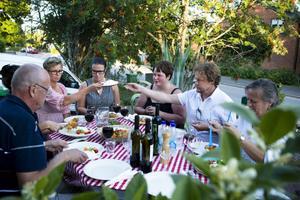Lönen för mödan var middag utomhus på den tillagade pastan, med Elisabettas tomatsås. Spänningen var stor innan första tuggan avsmakades. Kvällen var italienskt ljum.