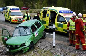 Singelolycka. Den norska kvinnan klarade sig bra i sin demolerade bil, men hon fick vänta på räddningstjänsten som skickades åt fel håll först.