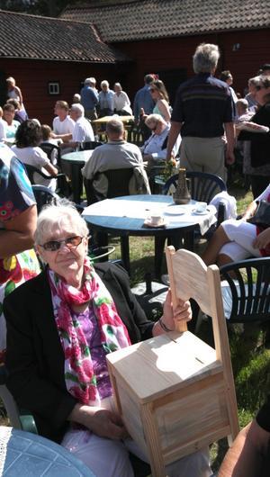 LOTTERIPRIS. Ragny Dall har gjort ett fynd. När hon stod i lottkön vann mannen framför henne, men han gav bort priset - en liten stol i trä - till Ragny.