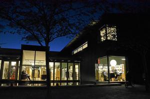 Såväl dagtid som kvällstid används biblioteket av Kumlaborna. Målsättningen att göra det till ett andra vardagsrum lyckades. Bild: JAN WIJK