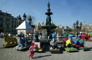 De 30 drakarna ställdes upp vid fontänen i Vängåvan innan de placerades på olika ställen i stensta´n.