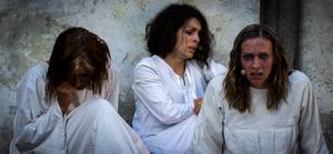 Louise Nyberg, Mikaela Engman och Ellinor Berglund gör roller som dömda kvinnor.