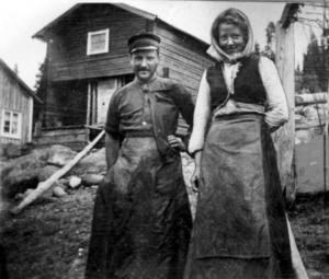 Ludvig Nordström som fiskardräng och arbetskamraten Olga Söderberg på Erik och Sofia Bergners gistvall i augusti 1905.