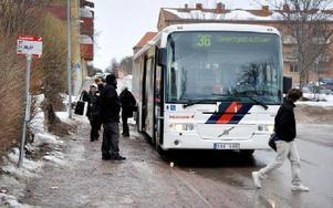 Hållplatsen i centrum vid Malmgatan måste ersättas med en permanent och bättre lösning. Dalatrafik och kommunen ska i veckan hitta alternativet.FOTO: CHRISTER NYMAN
