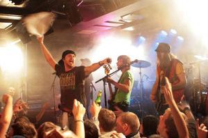 """""""Visa att ni lever Åre!"""" skrek sångaren Jens Malmlöf. Publiken hade inte många invändningar, sträckte armarna i luften och skrek med. Foto: Stina Hylén"""